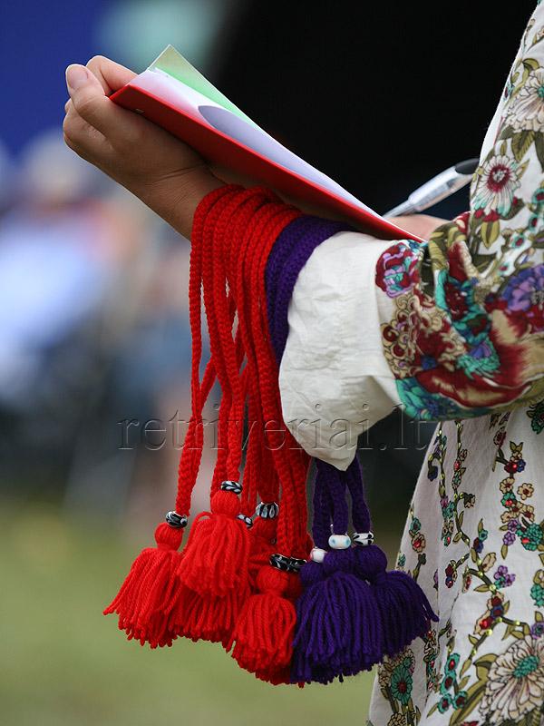 Už įvertinimus parodoje gauti megzti antkakliukai